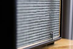 Povos diminutos: oradores audio limpos do trabalhador para escutar Imagens de Stock