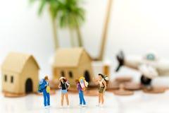 Povos diminutos: Os viajantes do grupo viajam pelo plano vão à praia Uso da imagem para férias do curso, conceito do negócio Foto de Stock Royalty Free