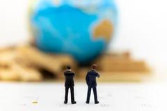 Povos diminutos: Posição do homem de negócios no calendário para ajustar a data para a reunião internacional Uso da imagem para o fotografia de stock
