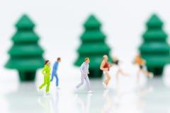 Povos diminutos que correm no jardim Uso para saudável, conceito da imagem do exercício Fotos de Stock