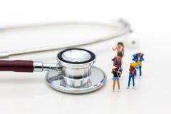 Povos diminutos: Viajantes com controles de saúde da pre-partida foto de stock royalty free