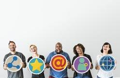 Povos diversos com conceito social do apresentador dos meios imagens de stock royalty free