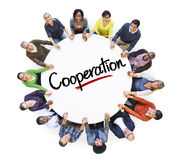 Povos diversos em um círculo com conceito da cooperação Foto de Stock Royalty Free