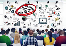Povos diversos em um seminário sobre o mercado de Digitas imagens de stock royalty free