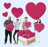 Povos diversos que compartilham de seus amores imagens de stock royalty free