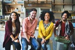 Povos diversos que sentam o conceito alegre da amizade imagens de stock royalty free