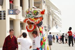Povos divertidos F1 Barém 2013 do trupe de Lion Dance do chinês Fotos de Stock