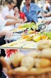 Povos do alimento do bufete foto de stock