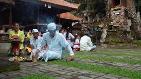Povos do Balinese que rezam a cerimônia em um templo velho filme