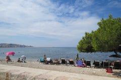 Povos do banho de sol na frente marítima Fotografia de Stock Royalty Free