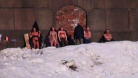 Povos do banho de sol na neve blurry video estoque