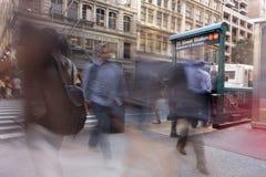 Povos do borrão de movimento no metro das ruas de New York City com bu urbanos foto de stock