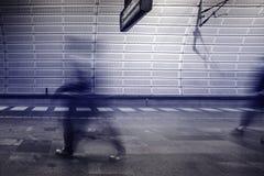 Povos do borrão de movimento na plataforma da estação de metro Fotografia de Stock Royalty Free