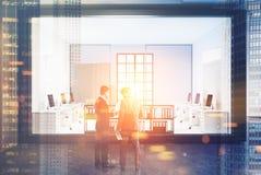 Povos do branco, os de madeira e do vidro do espaço aberto do escritório Foto de Stock Royalty Free