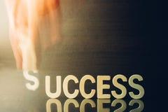 Povos do conceito do sucesso que guardam S para o sucesso da palavra da suficiência Foto de Stock