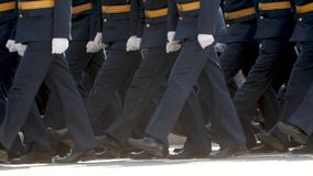 Povos do exército militar que andam no close up das botas na parada do quadrado de cidade vídeos de arquivo