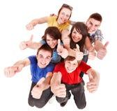 Povos do grupo com polegares acima. foto de stock royalty free
