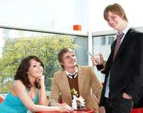 Povos do grupo que falam no café. Foto de Stock