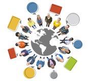 Povos do mundo que olham acima com bolhas do discurso Imagens de Stock