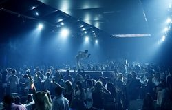 Povos do partido no clube nocturno Imagens de Stock Royalty Free