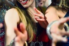 Povos do partido que dançam no clube do disco Imagem de Stock