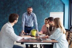 Povos do treinamento do gerente dos recursos humanos sobre a empresa e as perspectivas futuras Grupo de empresários que sentam-se fotos de stock