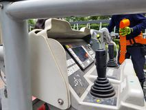 Povos do treinamento do salvamento do sapador-bombeiro no prédio a escapar usando guindaste prolongado da escada do carro de bomb imagens de stock royalty free
