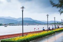Povos do turista e do Khmer que relaxam no jardim no beira-rio Ka Fotos de Stock Royalty Free