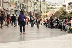 Povos do turista que relaxam no feriado do Natal na rua ocupada de MG Marg foto de stock