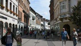 Povos dos viajantes do alemão e do estrangeiro que andam e mercado de heidelberger da visita filme