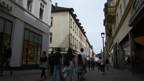 Povos dos viajantes do alemão e do estrangeiro que andam e mercado de heidelberger da visita video estoque