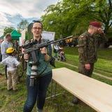 Povos durante a demonstração das forças armadas e da equipa de salvamento no nacional e no feriado do polonês da estrutura a cons Fotografia de Stock Royalty Free
