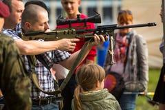 Povos durante a demonstração das forças armadas e equipa de salvamento durante o nacional e o feriado do polonês do anuário Imagem de Stock Royalty Free