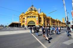 Povos e assinantes na rua perto da estação da rua do Flinders Foto de Stock Royalty Free