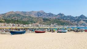 Povos e barcos na praia na cidade de Giardini Naxos Imagens de Stock