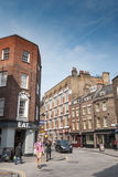 Povos e carros na área de Farringdon de Londres Fotografia de Stock Royalty Free