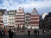 Povos e casas e construções no quadrado de Römer na cidade de Francoforte fotografia de stock royalty free