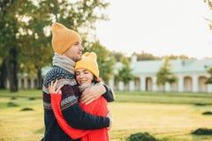 Povos e conceito da estagnação Os pares novos no amor têm a data, abraçam-se, apoio da sensação, estando sozinhos no parque, têm  imagens de stock