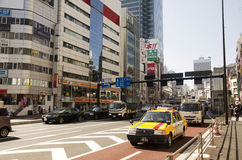 Povos e estrada do tráfego na junção de Shinjuku Fotografia de Stock