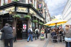 Povos e exterior do bar, para beber e assim Fotografia de Stock Royalty Free