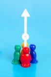 Povos e seta do brinquedo que apontam acima Fotografia de Stock