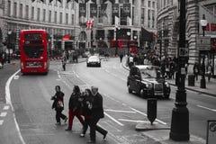Povos e tráfego na rua de Piccadilly, Londres Imagens de Stock