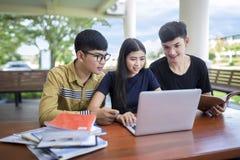 Povos, educação, tecnologia e conceito da escola fotografia de stock