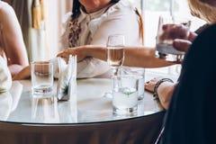 Povos elegantes que guardam vidros do champanhe no casamento luxuoso com referência a Fotografia de Stock Royalty Free
