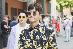 Povos elegantes que levantam durante a semana de moda do ` s de Milan Men Fotografia de Stock Royalty Free
