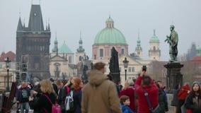 povos em Charles Bridge em Praga contra o contexto da torre de pulso de disparo, Praga do Tempo-lapso, 2017 video estoque