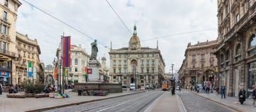 Povos em Dante Avenue decorado e praça Cordusio em Milão Imagem de Stock