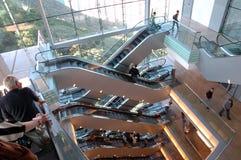 Povos em escada rolante movente imagens de stock royalty free