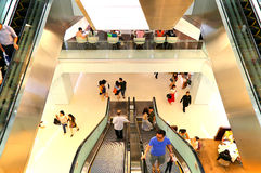 Povos em escadas rolantes em um centro comercial Imagens de Stock Royalty Free
