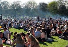 Povos em Hyde Park Leeds no protesto 420 a fazer campanha para o decriminalization do cannabis Imagens de Stock